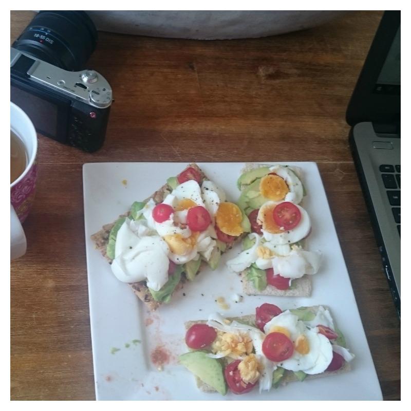 ontbijt-cracker-avocado-ei-tomaat