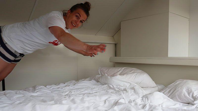 in bed springen