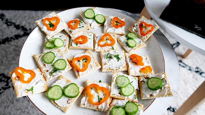 lu crackers met smeerkaas en groente